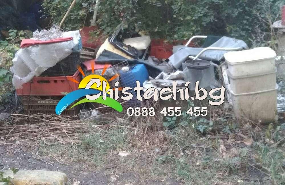 Отпадъци в запустял двор в Пловдив
